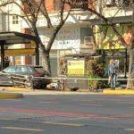 Auto incrustado en la parada del Metrobus